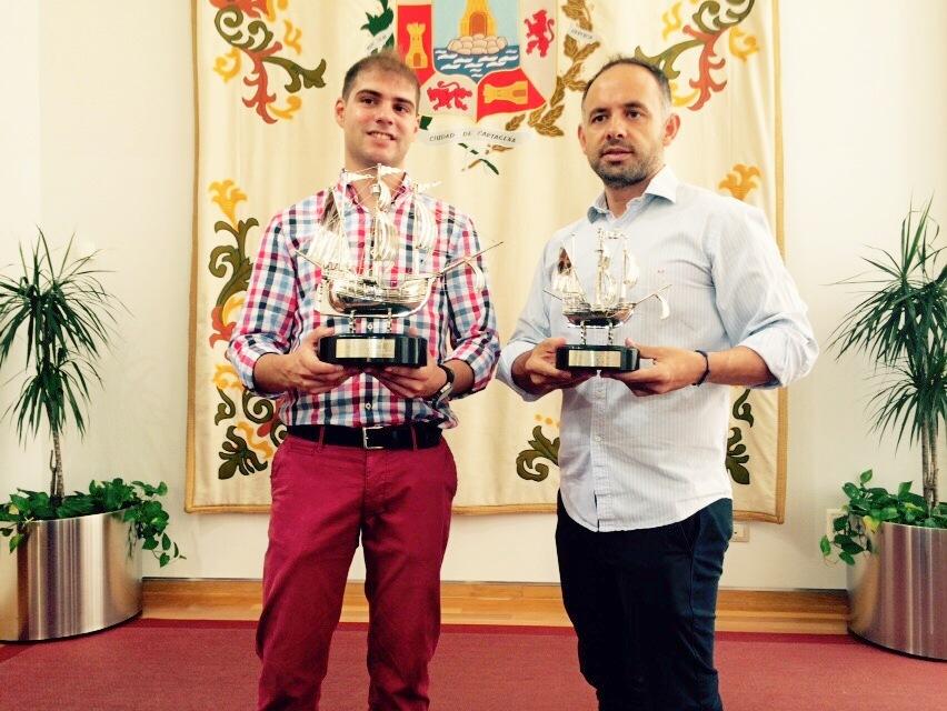 Ricardo Segado y Deseado Flores posando con las carabelas. Foto: Pepe González (OM Radio).