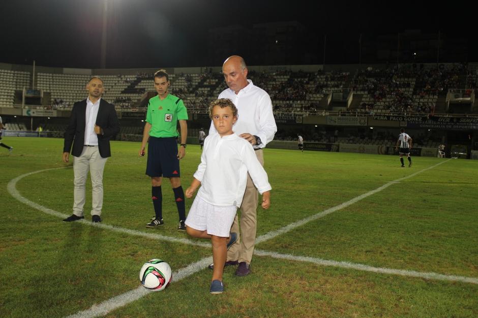 Hijo y nieto de Luis Vitaller. Saque de honor. Foto: Pedro Gómez (Crónicas deportivas de Cartagena).