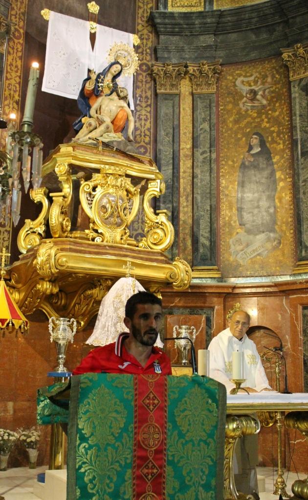 Víctor Fernández, la Virgen de la Caridad y el Padre Turpín. Foto: Pedro Gómez (Crónicas deportivas de Cartagena).